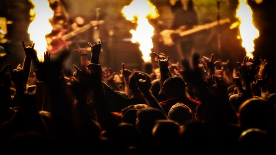 """¿Has imaginado alguna vez a Babasónicos, Guasones, El Kuelgue, Miss Bolivia, La De Roberto, Ripe Banana Skins (RBS), The Crayolas y Sonido Chuli compartiendo un mismo escenario? Esta mezcla de diosa y pantera ahora se volverá realidad. Cuando las lucen se encenden, la gente se agolpa, las gargantas estallan y se escucha la primera intro de guitarra de los 42.300 segundos restantes de rock ininterrumpido que ofrecerá la segunda edición del Cosquín Rock Paraguay. Más de 20 artistas, tres escenarios diferentes y una explosión de estilos retumbarán mañana en el predio del Jockey Club Paraguayo, donde desde las 14:45 horas se empezará a oír los primeros acordes de rock and roll. Guada Báez, jefa de prensa de G5PRO señala que el público será en su mayoria paraguayo, no obstante, muchos argentinos del norte visitarán la capital del país para vibrar con músicas como: Irresponsables y Aduana de palabras de Babasónicos; Rastamandita y Parásito de Molotov o Ese maldito momento y Ángel con campera de No Te Va Gustar. REMEMORANDO LA EDICIÓN ANTERIOR En la edición anterior, a las más de 15 mil personas que fueron parte del festival aún no les caía la ficha de haber presenciado un espectáculo sin precendentes de primer nivel. Mientras esto sucedia, esa misma noche detrás del telón la organización ya comenzó a proyectar cómo podrían superarse en cuanto a bandas, infraestructura, sonido y, a partir de esto generar un cambio positivo, de ahí que se convierte en el primer festival donde se utilizará energía solar para la iluminación de show. BABASÓNICOS - ADRIÁN DÁRGELOS De procedencia lanusense, este grupo se formó a mediados del año 1991, gracias a que Adrián Dárgelos Rodríguez observó que el rock argentino estaba decayendo. El nombre es bastante peculiar, ya que se convirtió en una especie de homenaje al gurú hindú Sai Baba y al famoso dibujo animado de antaño Los Supersónicos. Uno de los últimos materiales presentados por la banda es """"La Pregunta"""", alzado a su cuenta de YouTube el"""