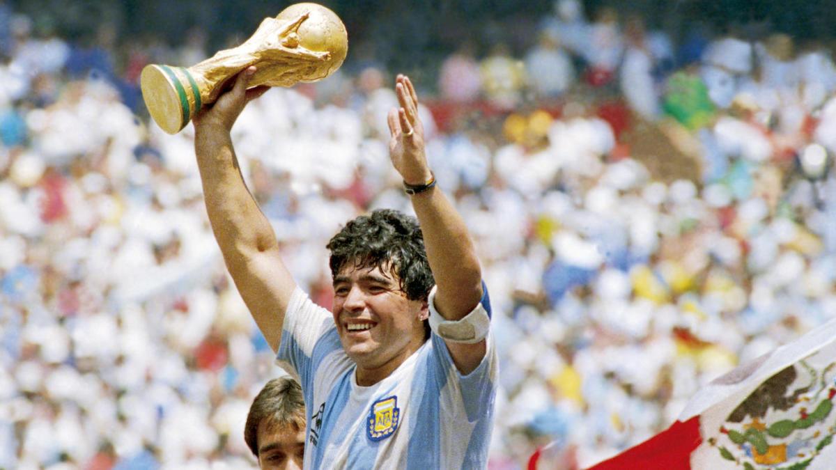 Una imagen icónica de Maradona.